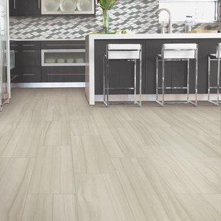 アトランタの広いモダンスタイルのおしゃれなキッチン (トリプルシンク、フラットパネル扉のキャビネット、黒いキャビネット、マルチカラーのキッチンパネル、モザイクタイルのキッチンパネル、シルバーの調理設備、ラミネートの床、ベージュの床、クオーツストーンカウンター、白いキッチンカウンター) の写真