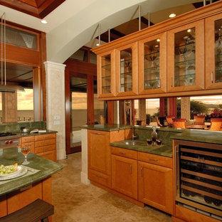 ハワイのビーチスタイルのおしゃれなダイニングキッチン (ガラス扉のキャビネット、シルバーの調理設備の、御影石カウンター、緑のキッチンパネル、緑のキッチンカウンター) の写真
