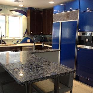 Ispirazione per un'ampia cucina boho chic con lavello sottopiano, ante lisce, ante blu, top alla veneziana, paraspruzzi blu, paraspruzzi con lastra di vetro, elettrodomestici da incasso, pavimento in gres porcellanato e 2 o più isole