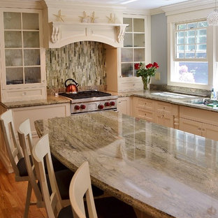 Mid Sized Transitional L Shaped Medium Tone Wood Floor Eat In Kitchen Photo