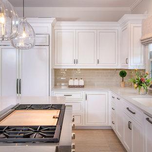 Bild på ett stort vintage beige beige u-kök, med luckor med profilerade fronter, vita skåp, bänkskiva i koppar, beige stänkskydd, stänkskydd i glaskakel, en köksö, beiget golv, en undermonterad diskho och vita vitvaror