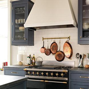 ニューヨークの中くらいのトランジショナルスタイルのおしゃれなキッチン (エプロンフロントシンク、シェーカースタイル扉のキャビネット、青いキャビネット、ソープストーンカウンター、白いキッチンパネル、セラミックタイルのキッチンパネル、カラー調理設備、無垢フローリング、茶色い床) の写真