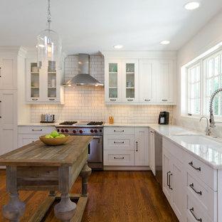Imagen de cocina clásica con fregadero bajoencimera, armarios estilo shaker, puertas de armario blancas, salpicadero blanco y salpicadero de azulejos tipo metro