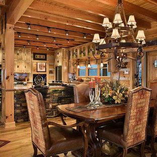 Offene, Mittelgroße Rustikale Küche in U-Form mit Unterbauwaschbecken, profilierten Schrankfronten, hellen Holzschränken, Kalkstein-Arbeitsplatte, Küchengeräten aus Edelstahl, hellem Holzboden und Kücheninsel in Sonstige