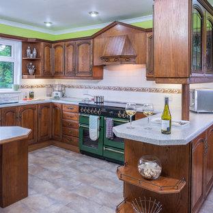 グラスゴーの広いコンテンポラリースタイルのおしゃれなキッチン (一体型シンク、フラットパネル扉のキャビネット、濃色木目調キャビネット、ラミネートカウンター、カラー調理設備、クッションフロア) の写真