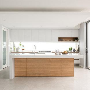 Moderne Küche in L-Form mit Unterbauwaschbecken, flächenbündigen Schrankfronten, weißen Schränken, Küchenrückwand in Weiß, Rückwand-Fenster, Kücheninsel, grauem Boden und weißer Arbeitsplatte in Perth