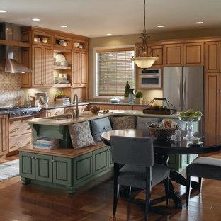 На фото: угловые кухни в стиле кантри с обеденным столом, фасадами с филенкой типа жалюзи, светлыми деревянными фасадами, бежевым фартуком и техникой из нержавеющей стали