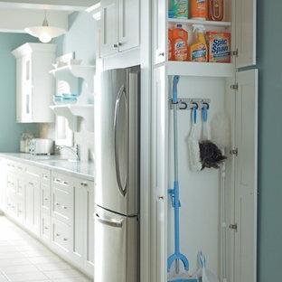 На фото: со средним бюджетом маленькие кухни в классическом стиле с белыми фасадами, полом из керамической плитки и кладовкой