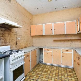 シドニーのヴィクトリアン調のおしゃれなキッチン (シングルシンク、シェーカースタイル扉のキャビネット、ラミネートカウンター、クッションフロア、アイランドなし、黄色い床、白いキッチンカウンター) の写真