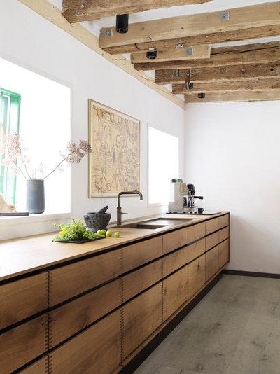 Rustic Kitchen by Garde Hvalsoe