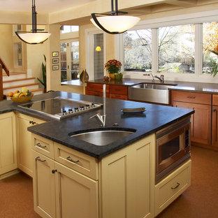 Foto på ett stort funkis kök, med en rustik diskho, skåp i shakerstil, skåp i mellenmörkt trä, bänkskiva i kvarts, stänkskydd i mosaik, korkgolv och rostfria vitvaror