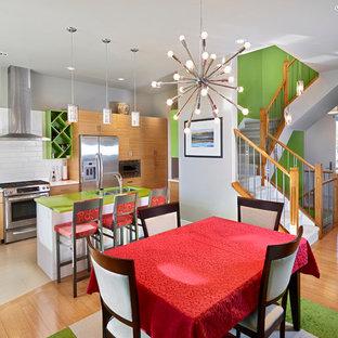 Zweizeilige Klassische Wohnküche mit Doppelwaschbecken, flächenbündigen Schrankfronten, hellbraunen Holzschränken, Küchenrückwand in Weiß, Rückwand aus Metrofliesen, Küchengeräten aus Edelstahl und grüner Arbeitsplatte in Edmonton