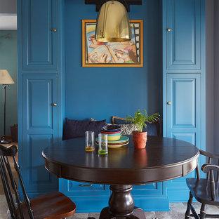 サンフランシスコの中くらいのトランジショナルスタイルのおしゃれなキッチン (エプロンフロントシンク、フラットパネル扉のキャビネット、青いキャビネット、クオーツストーンカウンター、白いキッチンパネル、石タイルのキッチンパネル、シルバーの調理設備、クッションフロア) の写真