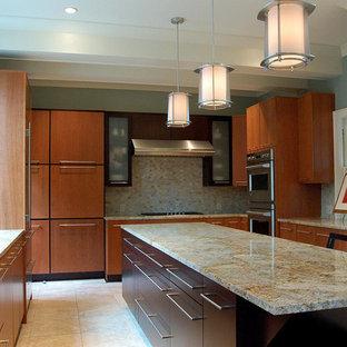 リトルロックの大きいコンテンポラリースタイルのおしゃれなキッチン (シングルシンク、フラットパネル扉のキャビネット、中間色木目調キャビネット、御影石カウンター、マルチカラーのキッチンパネル、セラミックタイルのキッチンパネル、シルバーの調理設備の、セラミックタイルの床) の写真