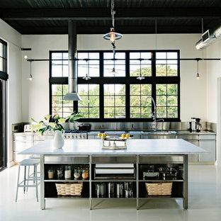 ポートランドのインダストリアルスタイルのおしゃれなキッチン (一体型シンク、オープンシェルフ、ステンレスキャビネット、メタリックのキッチンパネル、メタルタイルのキッチンパネル、シルバーの調理設備、大理石カウンター) の写真