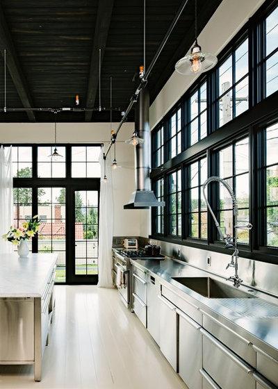 インダストリアル キッチン by Emerick Architects