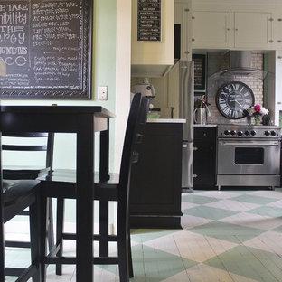 Mittelgroße Stilmix Küche mit Vorratsschrank, Schrankfronten im Shaker-Stil, weißen Schränken, Marmor-Arbeitsplatte, Küchenrückwand in Metallic, Rückwand aus Metallfliesen, Küchengeräten aus Edelstahl und gebeiztem Holzboden in Seattle