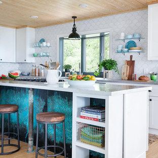 Idéer för att renovera ett stort maritimt kök, med en rustik diskho, skåp i shakerstil, gula skåp, vitt stänkskydd, stänkskydd i keramik, rostfria vitvaror, bambugolv, flera köksöar och kaklad bänkskiva