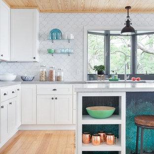 Неиссякаемый источник вдохновения для домашнего уюта: большая угловая кухня-гостиная в морском стиле с раковиной в стиле кантри, фасадами в стиле шейкер, желтыми фасадами, столешницей терраццо, белым фартуком, фартуком из керамической плитки, техникой из нержавеющей стали, полом из бамбука и двумя и более островами