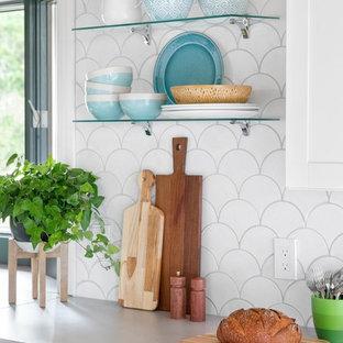 Esempio di una grande cucina stile marinaro con lavello stile country, ante in stile shaker, ante gialle, paraspruzzi bianco, paraspruzzi con piastrelle in ceramica, elettrodomestici in acciaio inossidabile, pavimento in bambù e 2 o più isole
