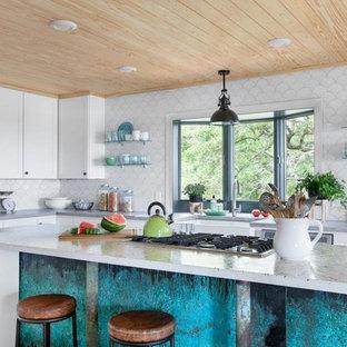 Идея дизайна: большая угловая кухня-гостиная в морском стиле с раковиной в стиле кантри, фасадами в стиле шейкер, желтыми фасадами, столешницей терраццо, белым фартуком, фартуком из керамической плитки, техникой из нержавеющей стали, полом из бамбука и двумя и более островами