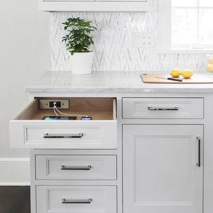 Ispirazione per una grande cucina classica con lavello a vasca singola, ante in stile shaker, ante in legno chiaro, top in quarzite, paraspruzzi multicolore, paraspruzzi con piastrelle a mosaico, elettrodomestici in acciaio inossidabile, parquet scuro e pavimento marrone