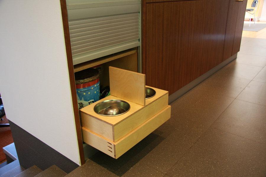 Dog feeding station