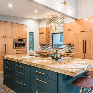Bild på ett mellanstort 60 tals kök, med en enkel diskho, släta luckor, skåp i mellenmörkt trä, bänkskiva i kvartsit, flerfärgad stänkskydd, stänkskydd i keramik, skiffergolv, en köksö, flerfärgat golv och integrerade vitvaror