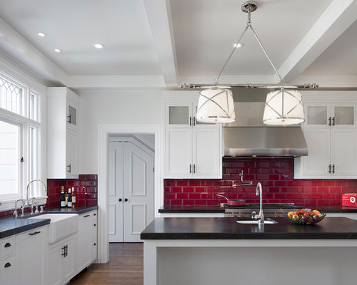 cuisine victorienne avec une cr dence rouge photos et id es d co de cuisines. Black Bedroom Furniture Sets. Home Design Ideas