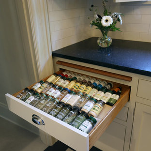 ポートランドの小さいトラディショナルスタイルのおしゃれなキッチン (アンダーカウンターシンク、落し込みパネル扉のキャビネット、白いキャビネット、クオーツストーンカウンター、白いキッチンパネル、サブウェイタイルのキッチンパネル、シルバーの調理設備の、リノリウムの床、アイランドなし) の写真
