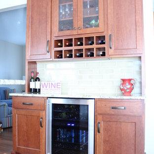 Mittelgroße Klassische Küche in U-Form mit Vorratsschrank, flächenbündigen Schrankfronten, braunen Schränken, Küchengeräten aus Edelstahl und Halbinsel in Sonstige