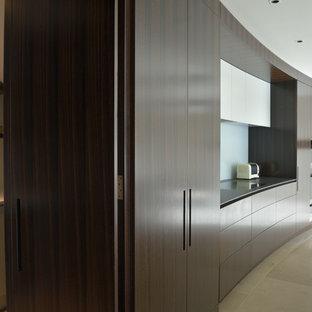 Esempio di una grande cucina con lavello a vasca singola, ante lisce, ante marroni, top in marmo, paraspruzzi blu, paraspruzzi con lastra di vetro, pavimento in pietra calcarea e isola