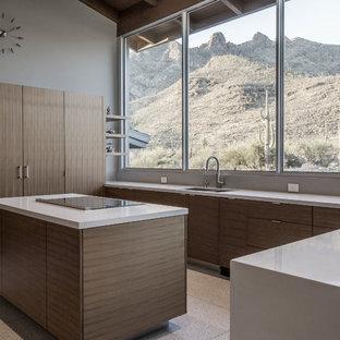 Große Moderne Wohnküche in U-Form mit flächenbündigen Schrankfronten, braunen Schränken, Quarzwerkstein-Arbeitsplatte, Elektrogeräten mit Frontblende, Terrazzo-Boden, weißem Boden, Unterbauwaschbecken und Kücheninsel in Phoenix