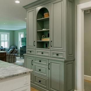 ボストンの大きいエクレクティックスタイルのおしゃれなキッチン (エプロンフロントシンク、インセット扉のキャビネット、白いキャビネット、大理石カウンター、白いキッチンパネル、シルバーの調理設備の、淡色無垢フローリング) の写真