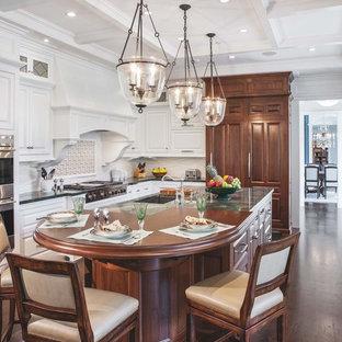 Inspiration för stora, avskilda klassiska kök, med luckor med upphöjd panel, vita skåp, stänkskydd i keramik, rostfria vitvaror, mörkt trägolv, brunt golv och flera köksöar