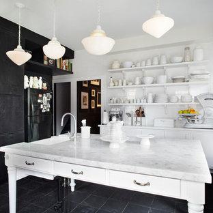 Geschlossene Shabby-Look Küche mit Landhausspüle, offenen Schränken, weißen Schränken, Küchenrückwand in Weiß, Rückwand aus Metrofliesen und Kücheninsel in Toronto