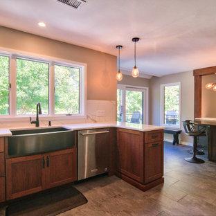 フィラデルフィアの中サイズのトランジショナルスタイルのおしゃれなキッチン (エプロンフロントシンク、シェーカースタイル扉のキャビネット、中間色木目調キャビネット、珪岩カウンター、白いキッチンパネル、石スラブのキッチンパネル、シルバーの調理設備の、スレートの床、グレーの床、白いキッチンカウンター) の写真