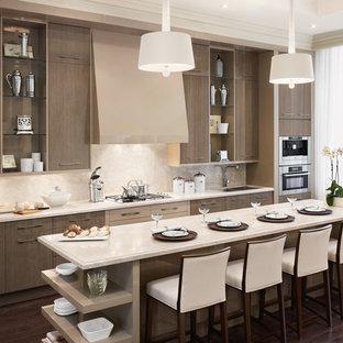 Esempio di una cucina design con lavello a doppia vasca, ante lisce, ante marroni, top in marmo, paraspruzzi beige, elettrodomestici in acciaio inossidabile, parquet scuro e isola