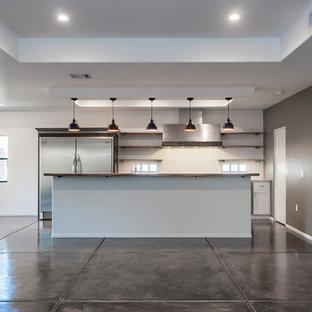Zweizeilige, Mittelgroße Moderne Wohnküche mit Einbauwaschbecken, flächenbündigen Schrankfronten, weißen Schränken, Granit-Arbeitsplatte, Küchenrückwand in Weiß, Rückwand aus Metallfliesen, Küchengeräten aus Edelstahl, Betonboden, Kücheninsel, lila Boden und grauer Arbeitsplatte in Phoenix