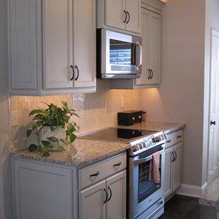 他の地域の小さいエクレクティックスタイルのおしゃれなキッチン (エプロンフロントシンク、フラットパネル扉のキャビネット、緑のキャビネット、御影石カウンター、ベージュキッチンパネル、ボーダータイルのキッチンパネル、白い調理設備、濃色無垢フローリング) の写真