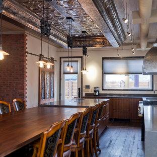 トロントのインダストリアルスタイルのおしゃれなキッチン (フラットパネル扉のキャビネット、中間色木目調キャビネット、クオーツストーンカウンター、アンダーカウンターシンク) の写真