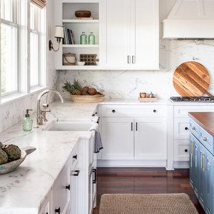 Große Maritime Küche in U-Form mit Vorratsschrank, Landhausspüle, Schrankfronten im Shaker-Stil, weißen Schränken, Marmor-Arbeitsplatte, Küchenrückwand in Weiß, Rückwand aus Marmor, Küchengeräten aus Edelstahl, braunem Holzboden, Kücheninsel, rotem Boden und weißer Arbeitsplatte in Sonstige