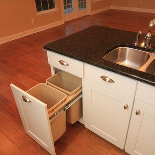 Offene Urige Küche in L-Form mit Unterbauwaschbecken, Schrankfronten im Shaker-Stil, gelben Schränken, Granit-Arbeitsplatte, Küchenrückwand in Beige, Rückwand aus Keramikfliesen und Küchengeräten aus Edelstahl in Jacksonville