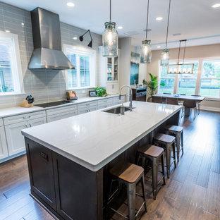Offene, Mittelgroße Urige Küche in L-Form mit Unterbauwaschbecken, Schrankfronten im Shaker-Stil, weißen Schränken, Quarzwerkstein-Arbeitsplatte, Küchenrückwand in Grau, Rückwand aus Porzellanfliesen, Küchengeräten aus Edelstahl, braunem Holzboden, zwei Kücheninseln, braunem Boden und gelber Arbeitsplatte in Jacksonville