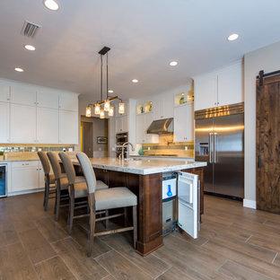 ジャクソンビルの大きいラスティックスタイルのおしゃれなキッチン (エプロンフロントシンク、シェーカースタイル扉のキャビネット、白いキャビネット、クオーツストーンカウンター、グレーのキッチンパネル、石タイルのキッチンパネル、シルバーの調理設備の、磁器タイルの床) の写真