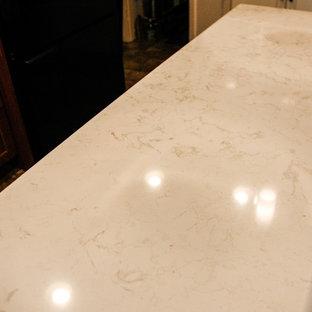 フィラデルフィアの小さいトラディショナルスタイルのおしゃれなキッチン (アンダーカウンターシンク、落し込みパネル扉のキャビネット、中間色木目調キャビネット、クオーツストーンカウンター、マルチカラーのキッチンパネル、ボーダータイルのキッチンパネル、黒い調理設備、リノリウムの床) の写真