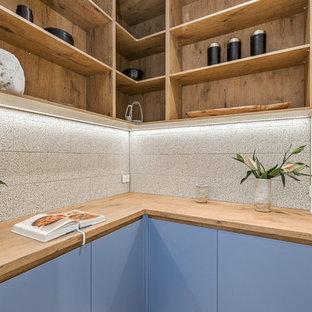 メルボルンの中サイズのコンテンポラリースタイルのおしゃれなキッチン (アンダーカウンターシンク、中間色木目調キャビネット、コンクリートカウンター、ガラスまたは窓のキッチンパネル、コンクリートの床、グレーの床、グレーのキッチンカウンター) の写真