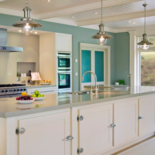 Eklektische Küche mit Küchengeräten aus Edelstahl in Sonstige