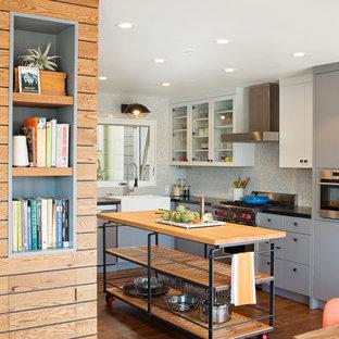 Diseño de cocina en U, urbana, de tamaño medio, con puertas de armario grises