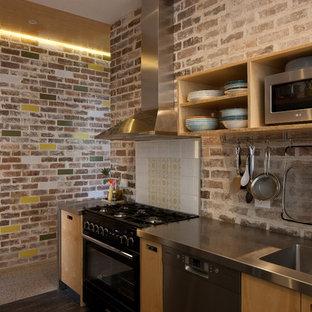 シドニーの小さいエクレクティックスタイルのおしゃれなキッチン (オープンシェルフ、淡色木目調キャビネット、ステンレスカウンター、リノリウムの床、ダブルシンク) の写真